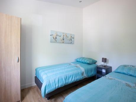 Tweepersoons slaapkamer in waterbungalow Vakantiepark Molenvelden