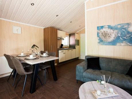 Zitkamer Met Doorkijk Naar De Keuken Van De Lodge Op Vakantiepark Latour