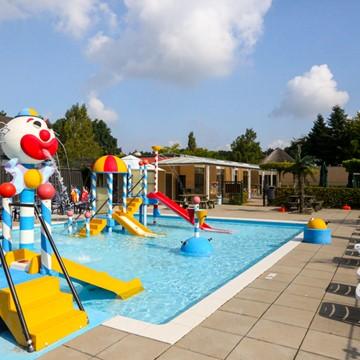 Verwarmd buitenzwembad met apart peuterbad