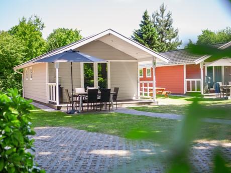 Tuintafel, Stoelen En Parasol Bij Lodge Op Vakantiepark Latour