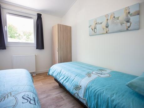 Tweepersoons slaapkamer in waterbungalow Vakantiepark Molenvelden (2)