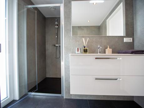 Waterbungalow badkamer wastafel en douche - nieuw