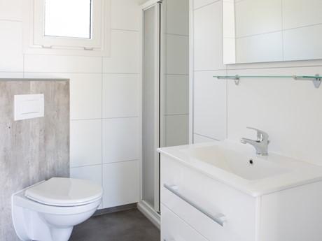 Badkamer met wc waterbungalow Vakantiepark Molenvelden