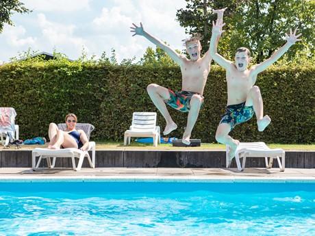 Zwembad Molenvelden met jongens