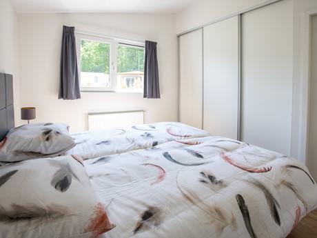 Masterbedroom met kastenwand in waterbungalow Vakantiepark Molenvelden